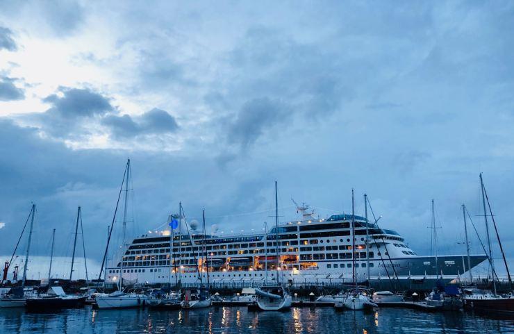 Paquebot de croisière dans le port de Papeete - Tahiti - Polynésie