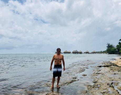 Geoffrey devant les bungalows sur pilotis du Méridien - Tahiti - Polynésie