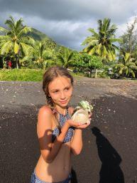 Eden a trouvé un magnifique coquillage - Tahiti Iti - Polynésie