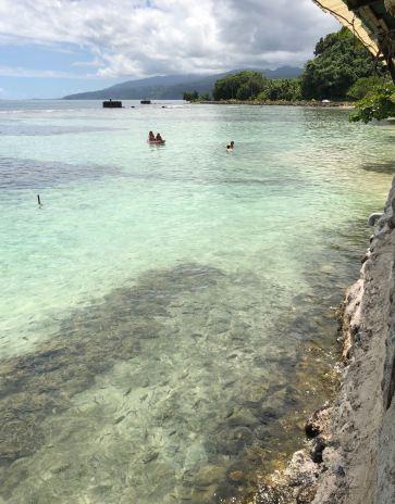 """Sous nos pieds au restaurant """"La Plage de Maui - Tahiti Iti - Polynésie"""