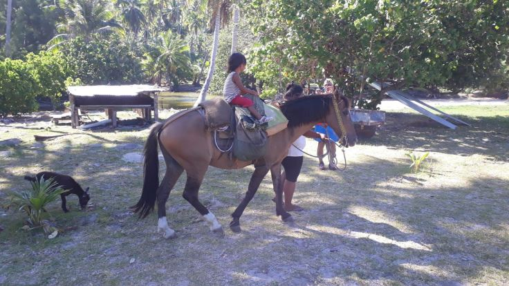 Petite fille à cheval - Vallée d'Hakaui - Bougainvillier - Nuku Hiva - Iles Marquises - Polynésie