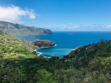 Les montagnes et en bas, la plage - Hiva Oa - Iles Marquises - Polynésie