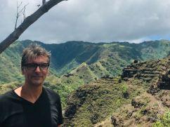 Geoffrey face aux pics de Hiva Oa - Iles Marquises - Polynésie