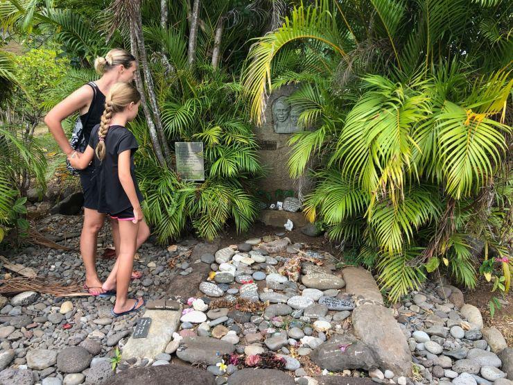 Recueillement sur la tombe de Brel - Atuana - Hiva Oa - Iles Marquises Polynésie