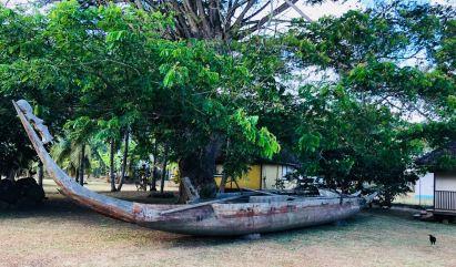 Pirogue dans le jardin du Musée Gauguin - Atuana - Hiva Oa - Iles Marquises - Polynésie