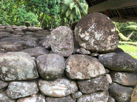 Murs de pierre empilées et petit pétroglyphe - Site d'Iipona - Hiva Oa - Iles Marquises - Polynésie