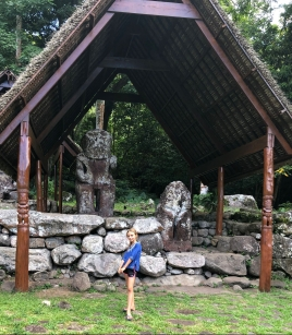 Eden devant les tikis d'Iipona - Hiva Oa - Iles Marquises - Polynésie