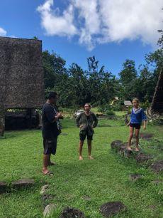 Ecoute attentive - Avec Pifa sur le site d'Iipona - Hiva Oa - Iles Marquises - Polynésie