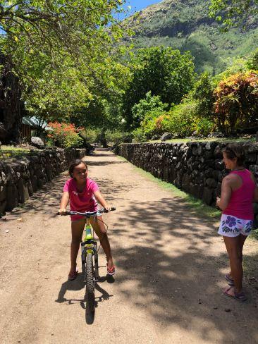 Petite fille à Hapatoni sur l'allée royage- Tahuata - Iles Marquises - Polynésie