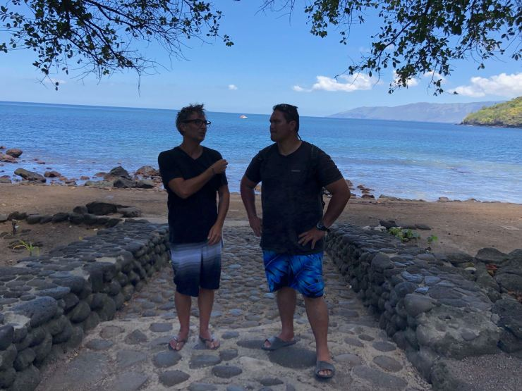Discussion entre hommes - Geo et Pifa - Hapatoni - Tahuata - Iles Marquises - Polynésie