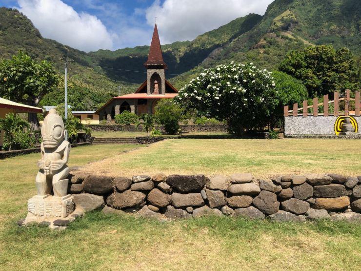 Eglise et tiki - Vaitahu - Tahuata - Iles Marquises - Polynésie