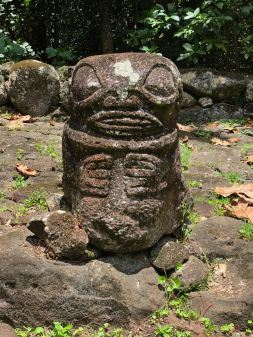Joli tiki - dans les sites archéologiques en amont d' Hitaheu - Nuku Hiva - Iles Marquises - Polynésie