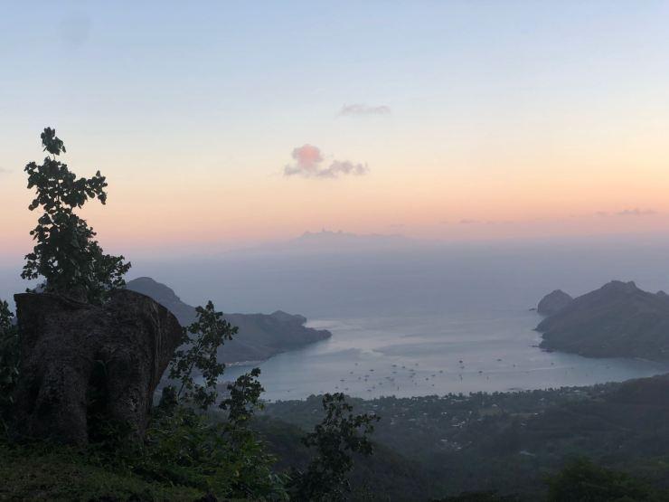 Arrivée en soirée dans la baie de Taiohae - Nuku Hiva - Iles Marquises - Polynésie