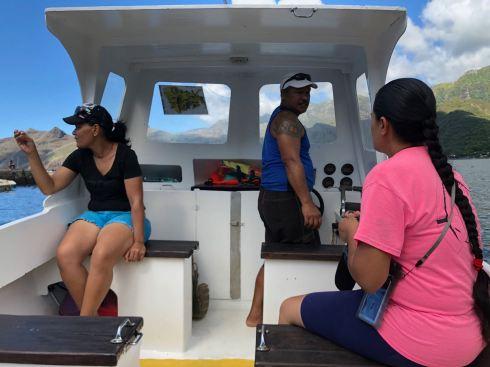 En route vers la Baie d'Hakaui avec Maria, Maui et leur cousine - Nuku Hiva - Iles Marquises - Polynésie