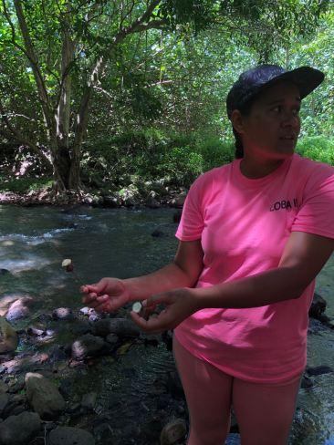 Baie d'Hakaui, Maria nous montre les trésors de la vallée - Nuku Hiva - Iles Marquises - Polynésie