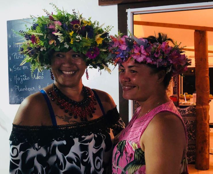 Jolies vahinés et leurs couronnes de fleurs - Taiohae - Nuku Hiva - Iles Marquises - Polynésie