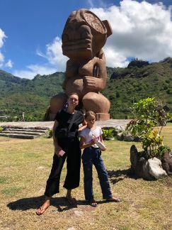 Devant le tiki géant - Taiohae - Nuku Hiva - Iles Marquises - Polynésie