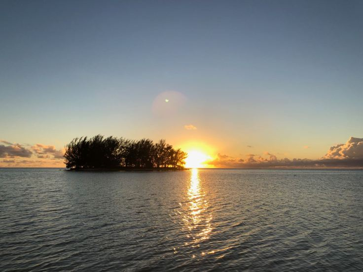 Coucher de soleil sur le Motu - Fare Miti - Moorea - Polynésie