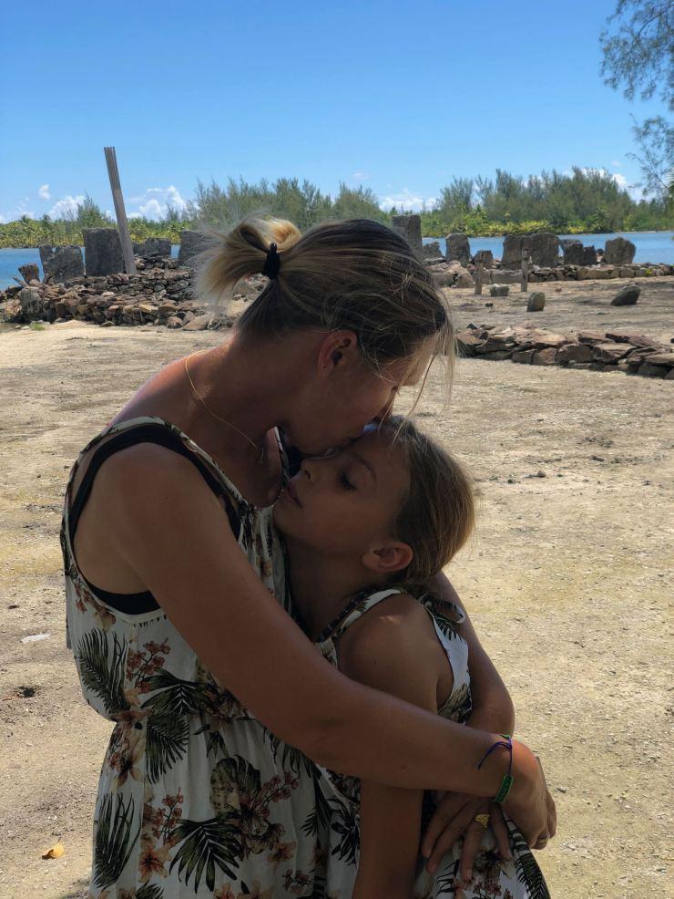 Câlin dans le Marae Manunu - Huahine - Polynésie