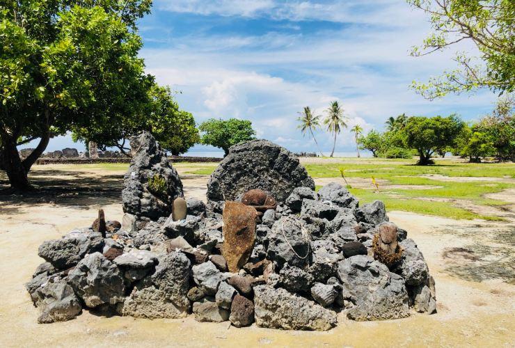 Pétroglyphes et offrandes coquillages - Marae Taputapuatea - Raiatea - Polynésie