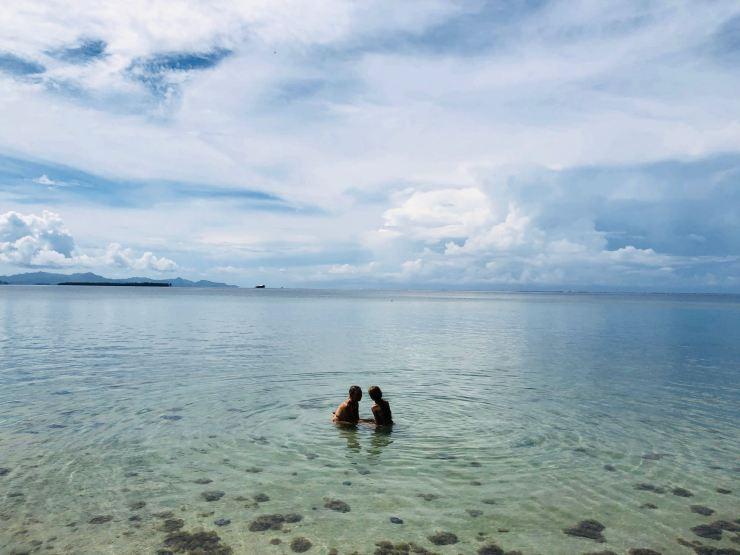 Trempage dans les eaux sacrées - Marae Taputapuatea - Raiatea - Polynésie