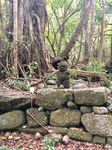 Petit tiki perdu dans la Vallée d'Hakaoui - Nuku Hiva - Iles Marquises - Polynésie