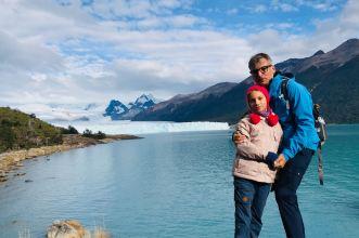 """Père et fille devant le Perito Moreno - Parc National """"Los Glaciares"""" - Argentine"""