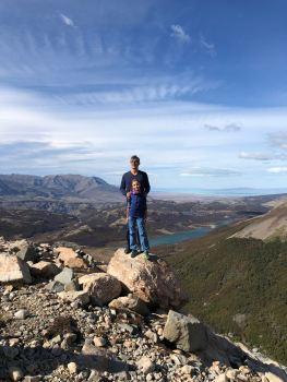 Tout petits devant la beauté de la Patagonie - Argentine