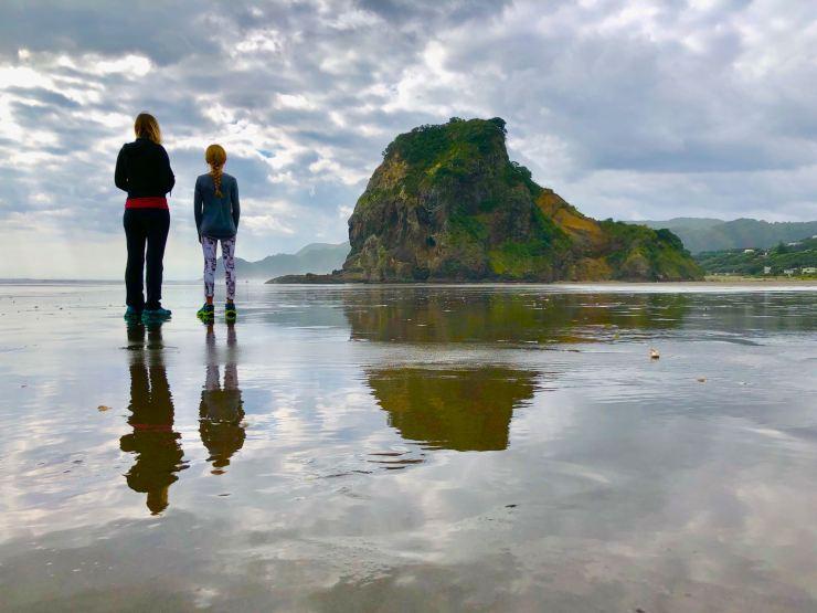 Reflets sur la plage de Piha - Nouvelle-Zélande