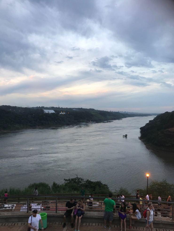 Hito Tres fronteras - Depuis l'Argentine, à gauche, le Paraguay, à droite le Brésil