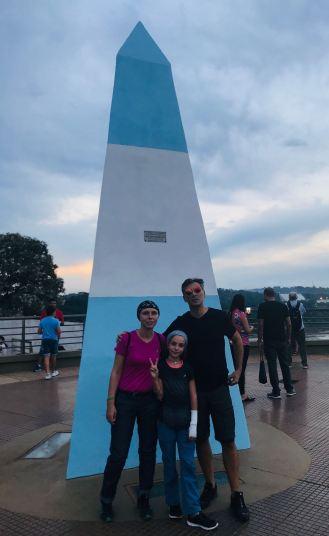 Photo de famille Francequin-Gouverneur devant la borne Argentine - Hito Tres fronteras - Puerto Iguazu - Argentine