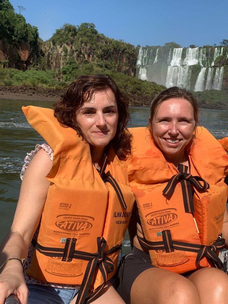 Entre cousines devant l'amphithéâtre des chutes d''Iguazu - Brésil