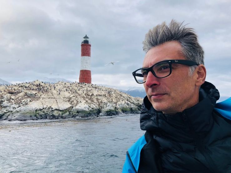 """Geoffrey devant le phare """"Les éclaireurs"""" - Canal de Beagle - Terre de Feu - Argentine"""