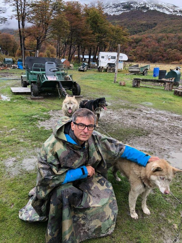Geoffrey devant l'atelage du traineau - Elevage Siberianos de Fuego - Terre de Feu - Argentine