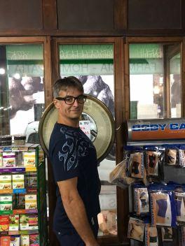 Geo tout fier de son poids - Dans la farmacia la Estrella - Buenos Aires - Argentine