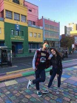 Eline et Théo, trop beaux ! Deavant l'école fondée par Quinquela Martin - La Boca - Buenos Aires - Argentine