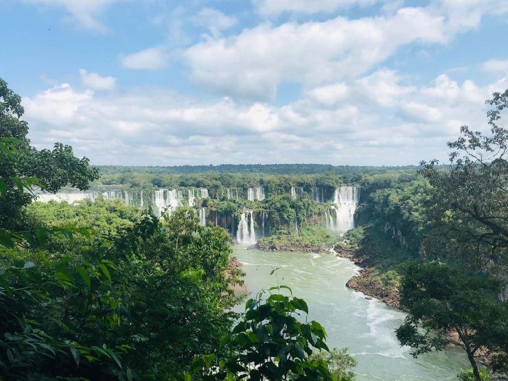 Vue d'ensemble des chutes d'Iguazu : Vue côté Brésil sur les chutes Argentines