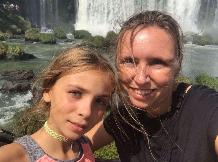 Mère et fille devant les chutes d'Iguazu - Argentine