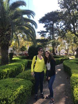 Carole et Eline sur la jolie place de San Antonio de Areco - Pampa - Argentine