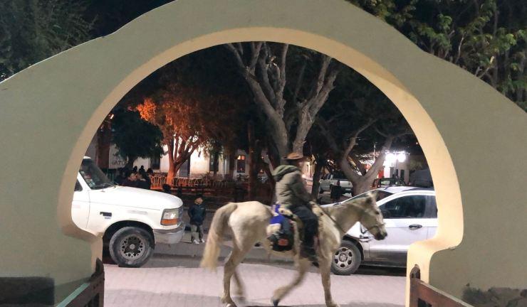 Le soir, à Tilcara, entre voitures et chevaux - Tilcara - Nordeste - Argentine