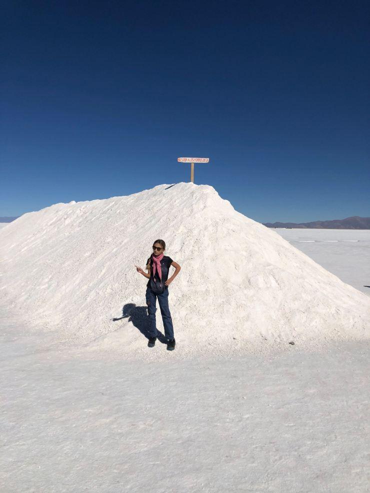 Eden devant un tas de sel - Salinas Grandes - Nordeste - Argentine
