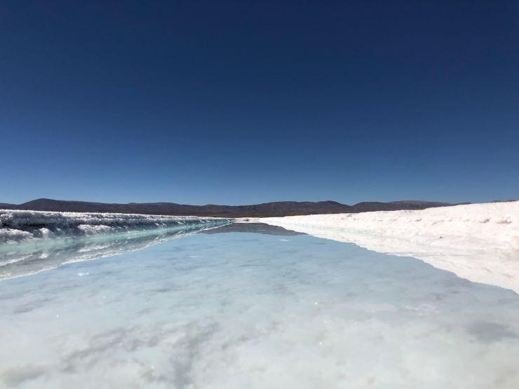 Petit canal turquoise sur Salar - Salinas Grandes - Nordeste - Argentine