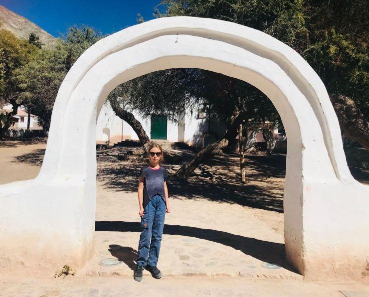 Eden devant l'arche de l'église de Pumamarca - Nordeste - Argentine