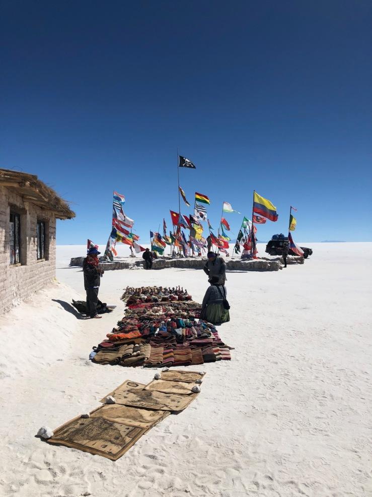 Souvenirs et drapeaux - Salar d'Uyuni - Bolivie